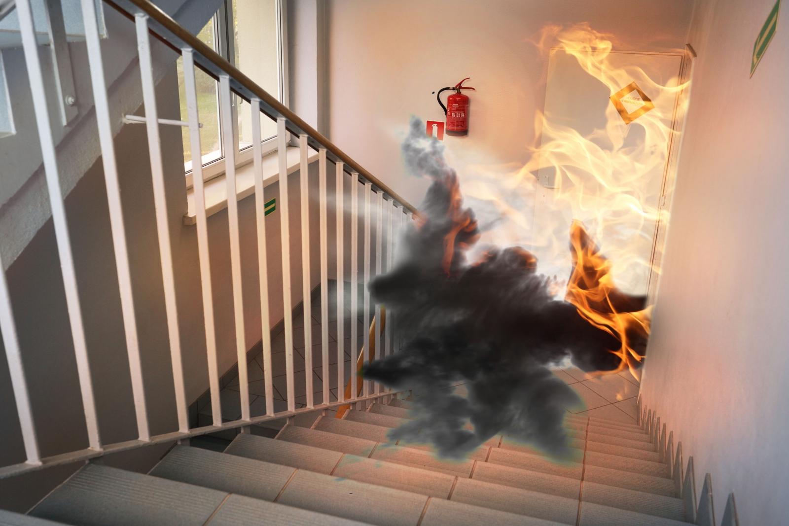 居家安全-出房門逃生時,往下還往上逃生才正確